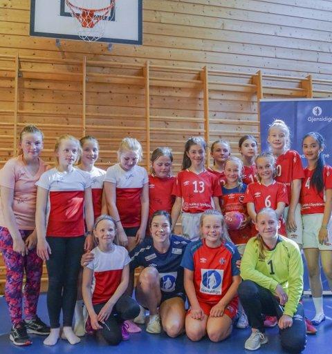 FORNØYDE: Jentene synes det var stor stas å få landslagsspiller Kari Brattset på besøk. – Vi lærte masse, sa de etterpå.