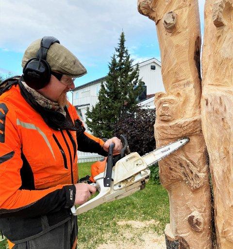 Jostein Finseråsen er mannen bak totempælen som står i hagen i Gimleveien på Nardo. Mange timer har gått med på å skjære ut dyrefigurene i treet.