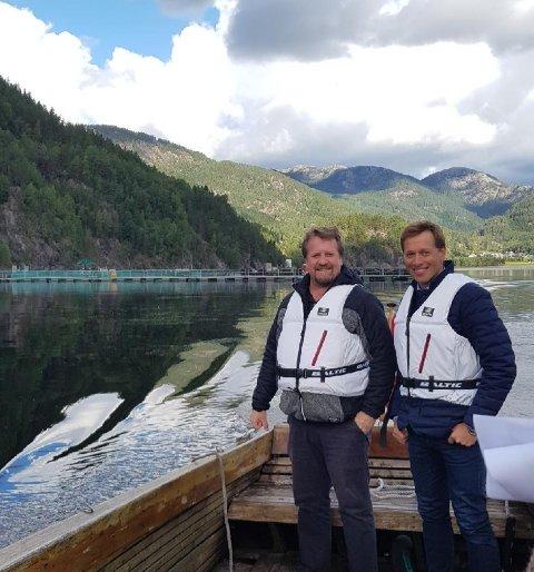 PÅ TUR: To ordførarar som er nøgde med triangel-samarbeidet og den utvikla som er i vassdraget. Her framfor anlegget til Norsk Ørret som er etablert i det klare og kalde fjellvatnet i Sirdal. Frå venstre: Torbjørn Klungland, Flekkefjord, og Jonny Liland, Sirdal.