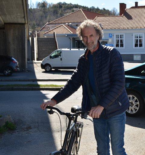 GA MED GLEDE: Christian Nordbye ga bort både en gammel sykkel og klær han ikke lenger har bruk for, til Romaniakomiteen.