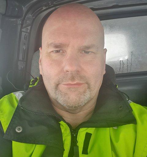 BEKYMRET: Oddbjørn Hansen har tatt bilde av seg selv der han sitter i følgebilen på Hopseidet, svært bekymret for at stormkastene skal velte den.