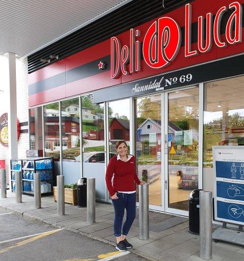 Daglig leder ved Esso Deli De Luca i Sannidal, Elisabeth Cintra, er spent på hvordan det vil bli å ha døgnåpent.