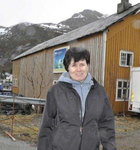 FORNØYD: Ingunn Rasmussen, styreleder i Moskenes Næringsforening, er veldig fornøyd med iniativet til de åtte bedriftene i  Vestvågøy. Foto: Magnar Johansen