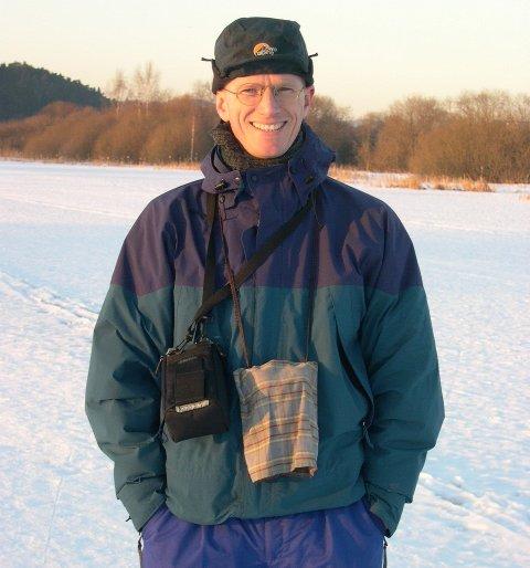 FUGLEGLAD: Audun Brekke Skrindo ved favorittstedet Østensjøvannet. Nå deler han sin innsamlede informasjon om fuglelivet her med andre fugleglade i en ny bok. Foto: Privat