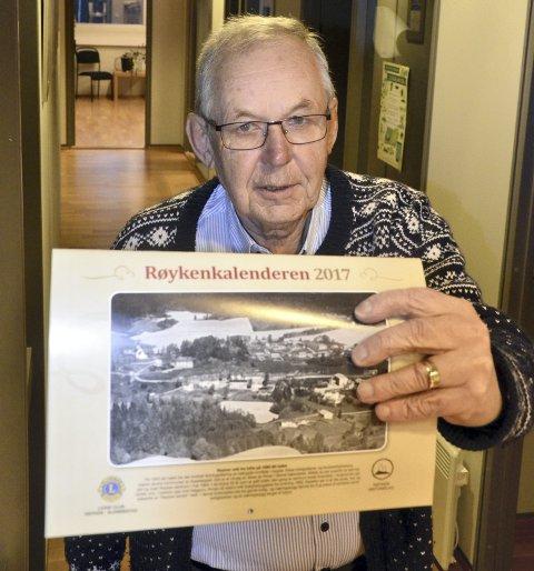 KLAR: – Nå er Røykenkalenderen for 2017 klar, sier Sigmund Hole i Røyken Lions Club. Dette er kalender nummer 12 i rekken.