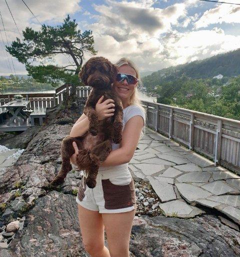 BESTEVENNER: Juliet Gran Jacobsen (22) og hunden Ronja ser frem til å tilbringe sommeren sammen i Norge.