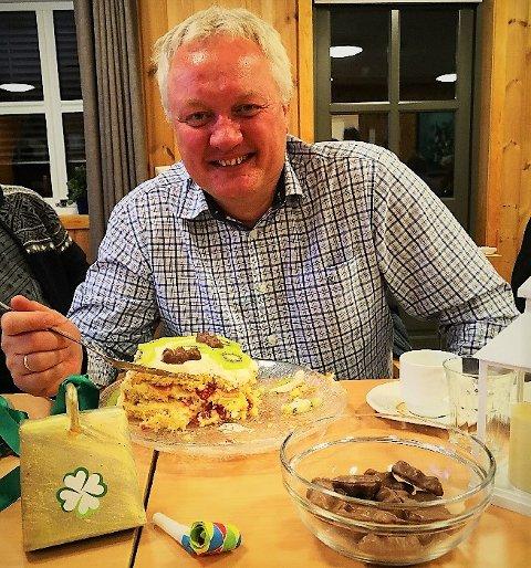 Klar: Odd Erik Holden feira med kake måndagskvelden, og får reint fleirtal i det nye kommunestyret, med 11 mot ti.