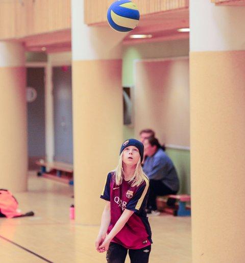 Idrettsskole i vinterferien. Volleyball. Emma i aksjon.
