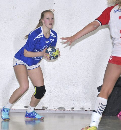 FORTSATT I 3. DIVISJON: Hølands håndballdamer, her representert ved Hanne Fjellheim, har fått tilbake 3. divisjonsplassen neste sesong etter at et lag har trukket seg. Foto: Øivind Eriksen