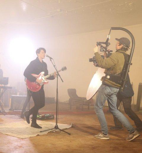 Ute med ny musikkvideo: Bendik Kajander under musikkvideoinnspilling tidligere i høst. Videoen er spilt inn på ulike lokasjoner i Lofoten. Foto: Trine Hertz