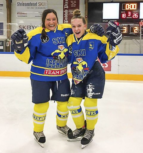 STAS: Guro Smefjell (til høyre) er tatt ut på U16-landslaget som skal spille turnering i Finland i april. Her sammen med Carmen Elisabeth Hansen, en av medspillerne på A-laget til Ski Ladyhawks som har gjort det skarpt i 1. divisjon ishockey i vinter.