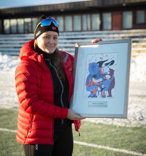 Inger-Lise Brøste med den synlige beviset på at hun er tildelt Politiforums Ærespris for 2020