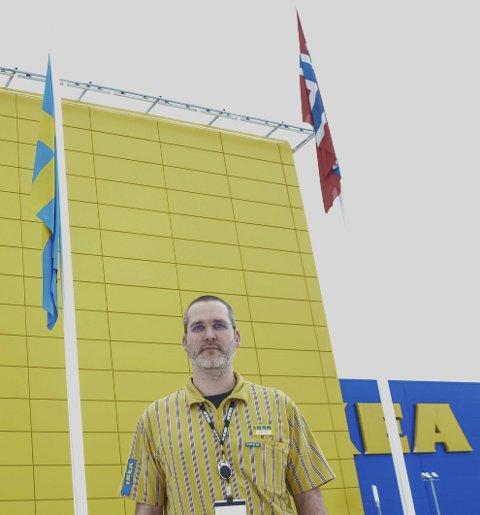 IKEA-grunnlegger Ingvard Kamprad døde søndag, 91 år gammel. Det ble markert med det svenske flagget på halv stang på alle varehus i Norge. Varehussjef for IKEA Ringsaker Berhard Stangel møtte sjøl Kamprad i Østerrike og ble imponert over gründeren.