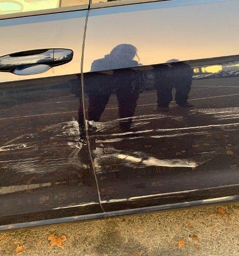 STAKK AV ETTER UHELL: Cathrine Nilsen har  sendt oss et bilde av bilen som har tydelige skader.