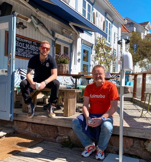 SATSER I SOMMER:  Erling Eknes  (t.v) og krovert Roy T. Jensen ved Juno i Holmsbu.
