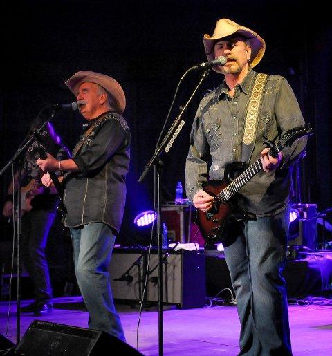 SPILLEGLEDE: Bellamy Brothers hadde med seg et femmannsband  til lørdagens konsert.ALLE FOTO: KNUT NORDHAGEN