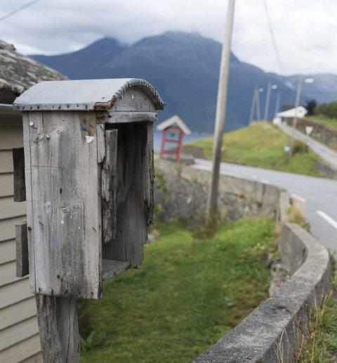 Kulturminne: Ein postkasse kan ikkje vara evig .. men langt på veg. Denne har nok mykje å fortelja - om ho kunne.