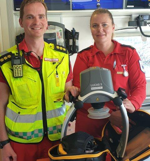 LUCAS-maskinen er et viktig hjelpemiddel for paramedic Trond Konradsen og ambulansearbeider Kristina Torsvik når ambulansebåten Eyr Ytterholmen skal ut på livreddende oppdrag på Helgelandskysten.