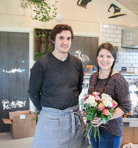 STOR INNSATS: Hos Siren Marie Høgholm og Petter Sandvik kan man nyte en kopp kaffe blant blomster og interiør. Denne uka fikk de ukas blomst for innsatsen de gjør på Leka.