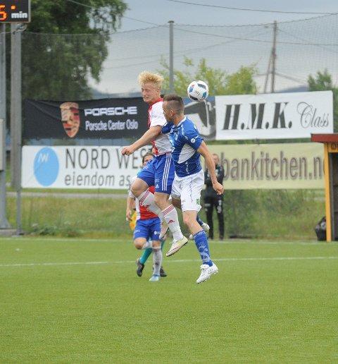 DUELLER: Emil Ekblom gikk i duellene, og fikk også med seg en scoring.