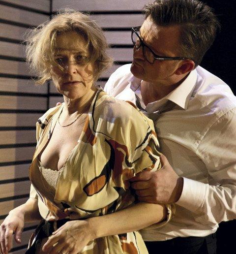 LEVERER: Cathrine (Marit Synnøve Berg) og hennes mann Tommy (Terje Ranes) i ett av mange oppgjør.
