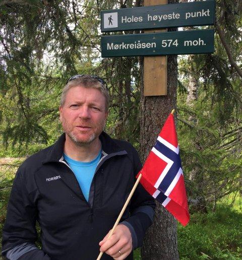 PÅ KOMMUNETOPPEN: Her er Kjell Eivind Anderdal på det høyeste punktet i Hole kommune. Skiltet som forteller om det har han satt opp selv.