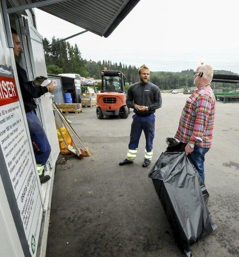 Utfordring: Operatør på privatmottaket på Pasadalen, Jonn Kjetil Strand, erkjenner at regelverket kan by på utfordringer. Som når Aage Nordheim kommer gående med tre søppelsekker. Foto: Edle Eidbo-Hansen