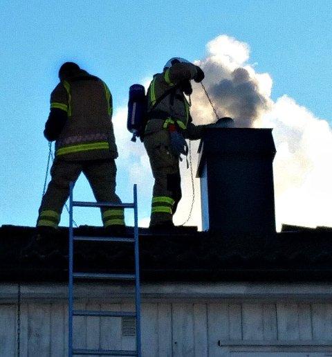 FJERNET SOT: Brannmannskapene feiede igjennom pipa en rekke ganger for å få slokket brannen.