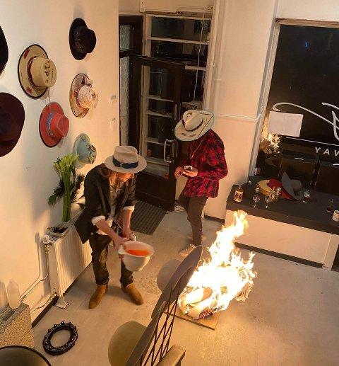 I forbindelse med kunstinstallasjonen «Happy Nuclear» ble hatter, gulv og flasker sprengt og satt fyr på i Feste Mo sin hatteforretning i Oslo.