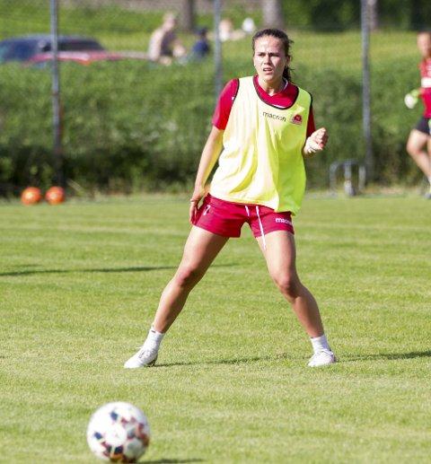 Ragnhild Eikeland Skage (16) har signert en treårskontrakt med Sandviken. Med det bestemte hun seg også for å satse på fotballen til fordel for ishockey. Hun er landslagsspiller i begge idrettene.