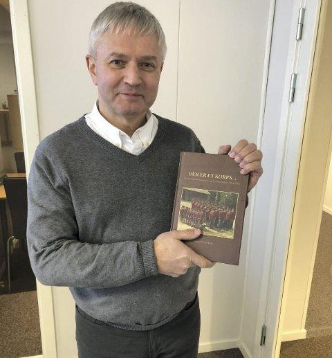 Korpsbok: Korpsentusiast Bjarne Thesen har sittet i komiteen for jubileumsboka, og er strålende fornøyd med resultatet.foto: privat