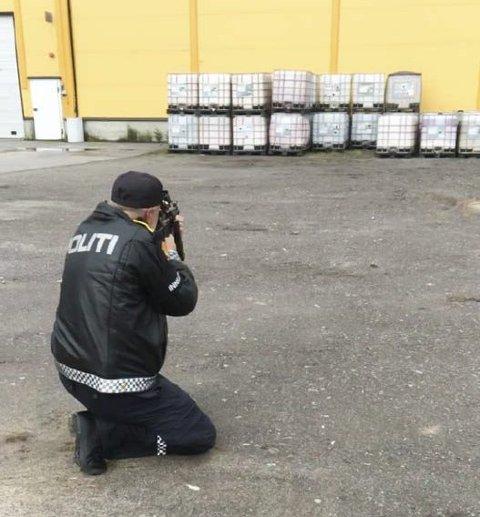 Action på meieriet: Her skyter politiførstebetjent Einar Deiz mot syltetøydunken. Foto: Politiet