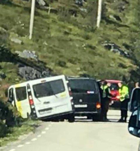 Minibuss: En minibuss kjørte av veien ved Mølnarodden i Flakstad.