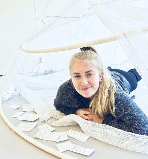 SATSER: I Habitat tar danser Ragnhild Rosander Hagen med seg publikummere inn i et telt, der de må være delaktige i forestillingen. Foto: Rom for dans