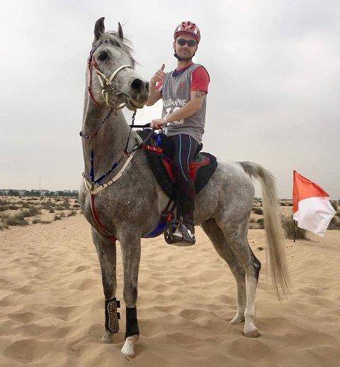 Glenn Finstad og hesten Tamir før starten på ørkenrittet.