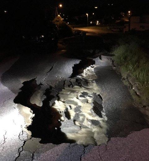 Vannet har gjort betydelig ødeleggelser på veien, som nå er stengt.