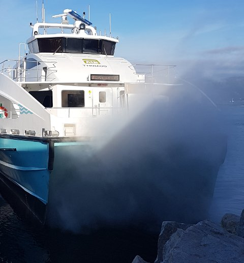 "Helt ufarlig, sier administrerende direktør Grete Fuglem Tennås i FosenNamsos sjø om røyken foran baugen på ""Tyrhaug"". Foto: Lena Iren Bullgård"