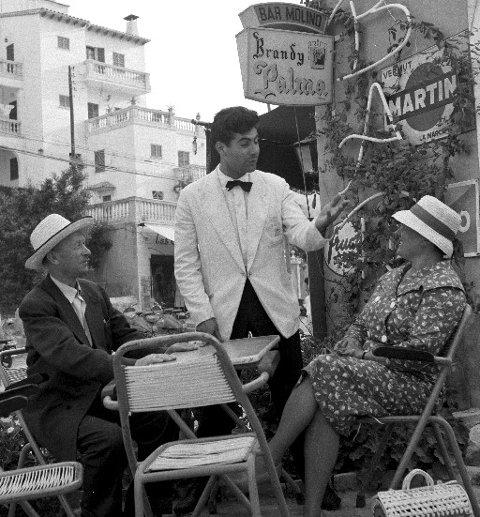 """VANT DRØMMETUR: Ekteparet Oline og Jonas Hadal fra Ulsteinvik vant tur til Mallorca gjennom Husmornytts lille kjøkkenkonkurranse i 1961. """"Vår første feire på 31 år"""", uttalte det lykkelige paret."""