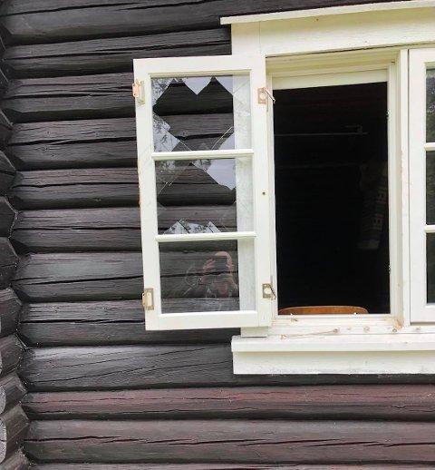 KNUST VINDU: Vinduet er knust, og der har tyvene tatt seg inn og tømt hytta til Anita Malmer Solli i Eidskog.