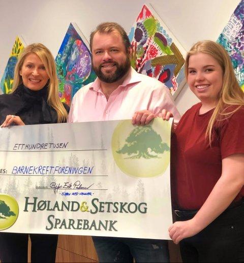 STOR GAVE: Bjørn Pedersen og Maja Kristine B. Lund (t.h.) fra Bjørkelangen Teaterlag ga bort 100.000 kroner til Barnekreftforeningen og Trine Nicolaysen.