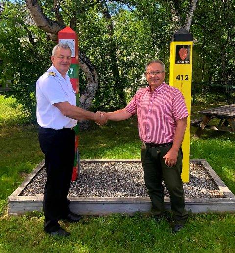 TAKK: Den nye grensekommissæren, kommandør Jens-Arne Høilund (til venstre), takker av oberst Roger Jakobsen 1. august.