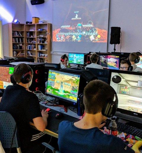 """På """"King of the Hill"""" LANet som var i helgen var det stappfult av barn, unge og voksne som spilte turnering i spillene Fortnite, Apex Legends og Super smash bros"""