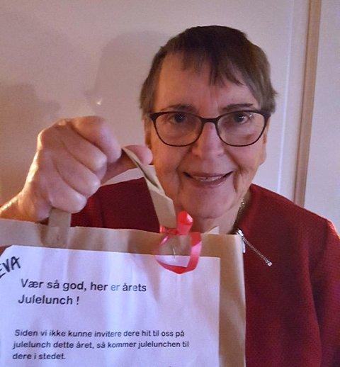 OVERRASKELSE: Eva Moxnes var én av pensjonistene i Gamlegrendåsen barnehage som fikk årets julelunsj levert på døra.
