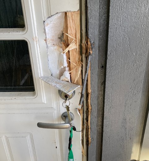 ØDELAGT: I stedet for å knuse vinduet i døra, har innbruddstyven(e) brukt brekkjern i et forsøk på å bryte seg inn – uten å lykkes.