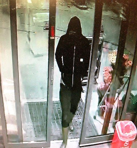 ETTERLYST: Politiet jakter denne mannen etter biltyveri og ran i Tromsø fredag morgen.