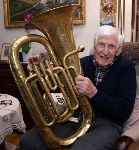 MUSIKKGLAD 100-ÅRING: Henry får fortsatt låt i sin gamle tuba.