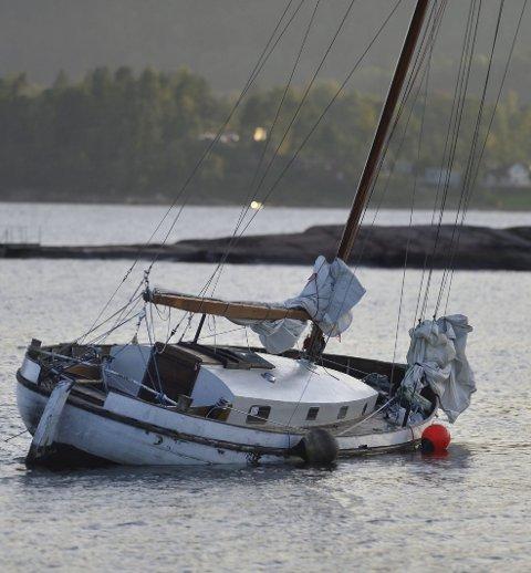 Seilbåt på vei ned: Seilbåten har ligget i Kverntangen-området i hele sommer, nå er den på vei ned.