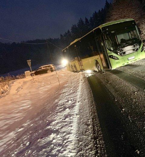 Denne bussen sperret trafikken en periode i Havsjødalen mandag morgen. Foto: Ivar Ruud Eide