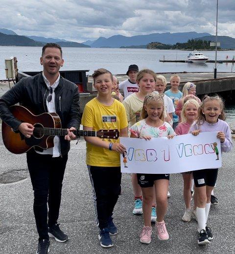Musikar Ørjan Vatne står bak prosjektet «Vær en venn», og spelte nyleg inn ein musikkvideo saman med lokale ungar på Halsnøy.