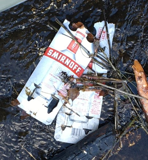 Det har vært mye festing ved Hvalsdammen, og mange lar bare søpla ligge igjen.